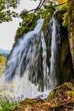 Ταξίδι φθινοπώρου στην Κροατία, οι λίμνες Plitvice πάρκων Γραφικός καταβρέχοντας καταρράκτης πέρα από τη λίμνη Η έννοια οικολογικ στοκ εικόνες