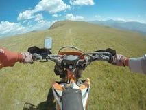 Ταξίδι Enduro με το ποδήλατο ρύπου υψηλό στα βουνά στοκ εικόνες