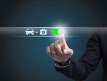 Ταξίδι έννοιας αυτοκινήτων προστασίας κουμπιών συμπίεσης χεριών επιχειρηματιών Στοκ Εικόνες