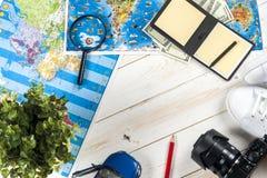 Ταξίδι - έννοια Προγραμματισμός ταξιδιών αυτοκινήτων Προϊόντα πρώτης ανάγκης τουριστών Διάστημα για το κείμενο Στοκ Εικόνες