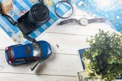 Ταξίδι - έννοια Προγραμματισμός ταξιδιών αυτοκινήτων Προϊόντα πρώτης ανάγκης τουριστών Διάστημα για το κείμενο Στοκ εικόνα με δικαίωμα ελεύθερης χρήσης