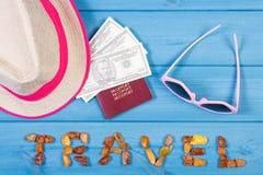 Ταξίδι λέξης, γυαλιά ηλίου, καπέλο αχύρου, διαβατήριο και δολάριο νομισμάτων, καλοκαίρι ή χρονική έννοια διακοπών Στοκ Εικόνα