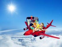 Ταξίδι αεροπλάνων, συσκευασμένη παιδί βαλίτσα μωρών, πετώντας αεροπλάνο παιδιών Στοκ Εικόνα