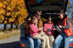 Ταξίδι αυτοκινήτων στις οικογενειακές διακοπές φθινοπώρου, τους ευτυχείς γονείς και το ταξίδι παιδιών Στοκ Φωτογραφία