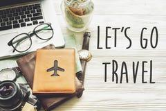 Ταξίδι αφήστε ` s να πάει έννοια σημαδιών κειμένων ταξιδιού, προγραμματίζοντας το καλοκαίρι vacat Στοκ Φωτογραφία