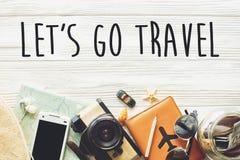 Ταξίδι αφήστε ` s να πάει έννοια σημαδιών κειμένων ταξιδιού, wanderlust διακοπές β Στοκ Εικόνες