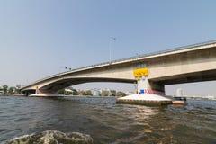 Ταξίδι βαρκών κάτω από τη γέφυρα στον ποταμό Chao Phraya Στοκ εικόνα με δικαίωμα ελεύθερης χρήσης