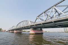 Ταξίδι βαρκών κάτω από τη γέφυρα στον ποταμό Chao Phraya Στοκ Εικόνα