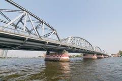 Ταξίδι βαρκών κάτω από τη γέφυρα στον ποταμό Chao Phraya Στοκ εικόνες με δικαίωμα ελεύθερης χρήσης