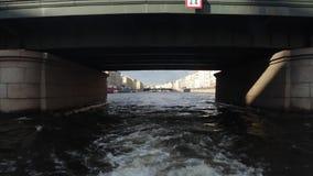 Ταξίδι βαρκών στους ποταμούς και το Chanels της Αγία Πετρούπολης Τουρίστες που κάνουν τις φωτογραφίες στη βάρκα Άγιος Πετρούπολη  φιλμ μικρού μήκους