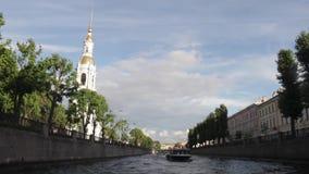 Ταξίδι βαρκών στους ποταμούς και το Chanels της Αγία Πετρούπολης Τουρίστες που κάνουν τις φωτογραφίες στη βάρκα Άγιος Πετρούπολη  απόθεμα βίντεο
