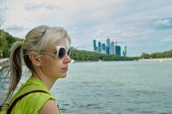 Ταξίδι - γυναίκα και ποταμός Στοκ εικόνα με δικαίωμα ελεύθερης χρήσης