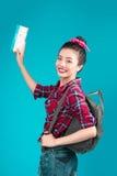Ταξίδι γυναικών Νέος όμορφος ασιατικός ταξιδιώτης γυναικών με τον κρότωνα αέρα Στοκ φωτογραφίες με δικαίωμα ελεύθερης χρήσης