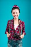 Ταξίδι γυναικών Νέος όμορφος ασιατικός ταξιδιώτης γυναικών στο μπλε backg Στοκ Φωτογραφία