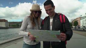 Ταξίδι ζεύγους που εξετάζει το χάρτη απόθεμα βίντεο