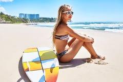 Ταξίδι διακοπών Η θερινή παραλία γυναικών Surfer χαλαρώνει Ιστιοσανίδα, σερφ στοκ φωτογραφίες