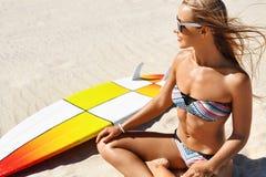 Ταξίδι διακοπών Η θερινή παραλία γυναικών Surfer χαλαρώνει Ιστιοσανίδα, σερφ στοκ φωτογραφία με δικαίωμα ελεύθερης χρήσης