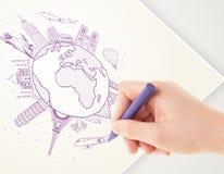 Ταξίδι διακοπών σχεδίων χεριών γύρω από τη γη με τα ορόσημα και το γ Στοκ εικόνα με δικαίωμα ελεύθερης χρήσης