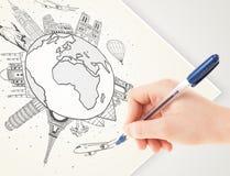 Ταξίδι διακοπών σχεδίων χεριών γύρω από τη γη με τα ορόσημα και το γ Στοκ Εικόνα