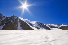 Ταξίδι μέσω των βουνών Altai σε Aktru Πεζοπορία στις χιονώδεις αιχμές των βουνών Altai Επιβίωση στους σκληρούς όρους, όμορφη φύση Στοκ Εικόνες