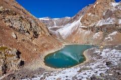 Ταξίδι μέσω των βουνών Altai σε Aktru Πεζοπορία στις χιονώδεις αιχμές των βουνών Altai Επιβίωση στους σκληρούς όρους, όμορφη φύση Στοκ Εικόνα