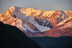 Ταξίδι μέσω των βουνών Altai σε Aktru Πεζοπορία στις χιονώδεις αιχμές των βουνών Altai Επιβίωση στους σκληρούς όρους, όμορφη φύση Στοκ Φωτογραφίες