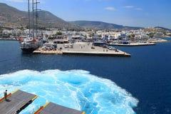 Ταξίδι μέσω των ελληνικών νησιών στο σκάφος τουριστών στοκ εικόνες