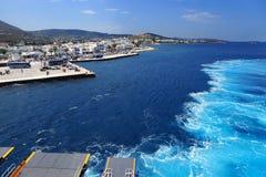 Ταξίδι μέσω των ελληνικών νησιών στο σκάφος τουριστών στοκ εικόνα με δικαίωμα ελεύθερης χρήσης