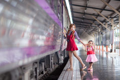 Ταξίδι με το τραίνο στην πλατφόρμα του σιδηροδρομικού σταθμού στην Ταϊλάνδη Στοκ Φωτογραφίες