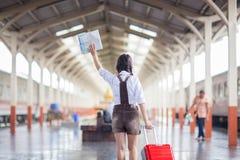 Ταξίδι με το τραίνο στην πλατφόρμα του σιδηροδρομικού σταθμού στην Ταϊλάνδη Στοκ φωτογραφίες με δικαίωμα ελεύθερης χρήσης