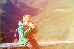 Ταξίδι μικρών παιδιών στα βουνά που πίνουν το καυτό τσάι Στοκ Εικόνα