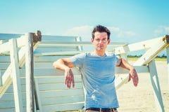 Ταξίδι νεαρών άνδρων, που χαλαρώνει στην παραλία στο Νιου Τζέρσεϋ, ΗΠΑ Στοκ φωτογραφίες με δικαίωμα ελεύθερης χρήσης