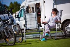 Ταξίδι οικογενειακών διακοπών, ταξίδι διακοπών στο motorhome Στοκ Εικόνες