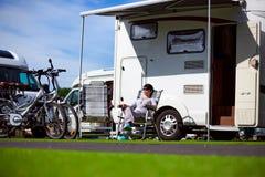 Ταξίδι οικογενειακών διακοπών, ταξίδι διακοπών στο motorhome Στοκ εικόνες με δικαίωμα ελεύθερης χρήσης