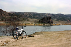 Ταξίδι ποδηλάτων στο φαράγγι ποταμών Ili στοκ εικόνες