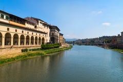 Ταξίδι στον ποταμό της Ιταλίας - Arno με τη γέφυρα Carraia alla Ponte στην πόλη της Φλωρεντίας Στοκ εικόνα με δικαίωμα ελεύθερης χρήσης