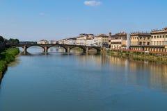 Ταξίδι στον ποταμό της Ιταλίας - Arno με τη γέφυρα Carraia alla Ponte στην πόλη της Φλωρεντίας Στοκ φωτογραφία με δικαίωμα ελεύθερης χρήσης