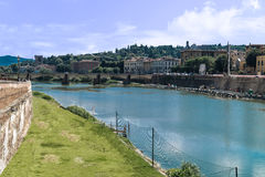 Ταξίδι στον ποταμό της Ιταλίας - Arno με τη γέφυρα Carraia alla Ponte στην πόλη της Φλωρεντίας Στοκ Φωτογραφίες