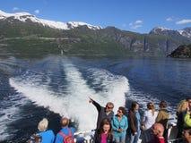 Ταξίδι τουριστών στο φιορδ Geiranger σε ένα κρουαζιερόπλοιο στοκ φωτογραφίες