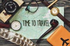 Ταξίδι χρόνος να ταξιδεφθεί το σημάδι κειμένων έννοιας στο χάρτη wanderlust ισχία Στοκ Φωτογραφία