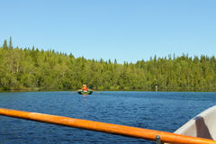 Ταξίδι όπως έναν τοπικό με τη θερινή βάρκα στη λίμνη με τους φίλους Στοκ εικόνα με δικαίωμα ελεύθερης χρήσης