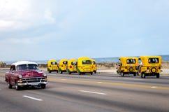 Ταξί και παλαιό αναδρομικό αυτοκίνητο σε Habana, Κούβα στοκ φωτογραφία