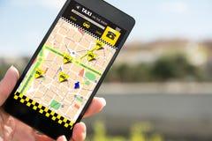 Ταξί κράτησης προσώπων σε SmartPhone, μέσω app Στοκ εικόνες με δικαίωμα ελεύθερης χρήσης