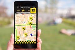 Ταξί κράτησης προσώπων σε SmartPhone, μέσω app Στοκ φωτογραφίες με δικαίωμα ελεύθερης χρήσης
