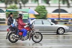 Ταξί μοτοσικλετών της Honda στη βροχή, Guangzhou, Κίνα Στοκ φωτογραφία με δικαίωμα ελεύθερης χρήσης