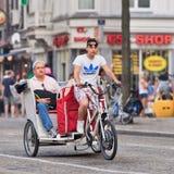 Ταξί ποδηλάτων με τους επιβάτες στο τετράγωνο φραγμάτων, Άμστερνταμ, Κάτω Χώρες Στοκ φωτογραφία με δικαίωμα ελεύθερης χρήσης