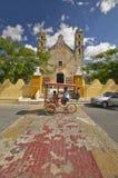 Ταξί ποδηλάτων μπροστά από τον καθολικό καθεδρικό ναό Izamal, χερσόνησος Γιουκατάν, Μεξικό Στοκ εικόνα με δικαίωμα ελεύθερης χρήσης