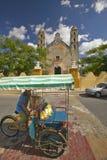 Ταξί ποδηλάτων μπροστά από τον καθολικό καθεδρικό ναό Izamal, χερσόνησος Γιουκατάν, Μεξικό Στοκ Εικόνα
