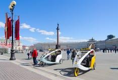 Ταξί ποδηλάτων στο τετράγωνο παλατιών, Αγία Πετρούπολη, Ρωσία Στοκ εικόνα με δικαίωμα ελεύθερης χρήσης