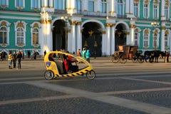 Ταξί ποδηλάτων στο τετράγωνο παλατιών Πετρούπολη Ρωσία ST Στοκ Φωτογραφίες